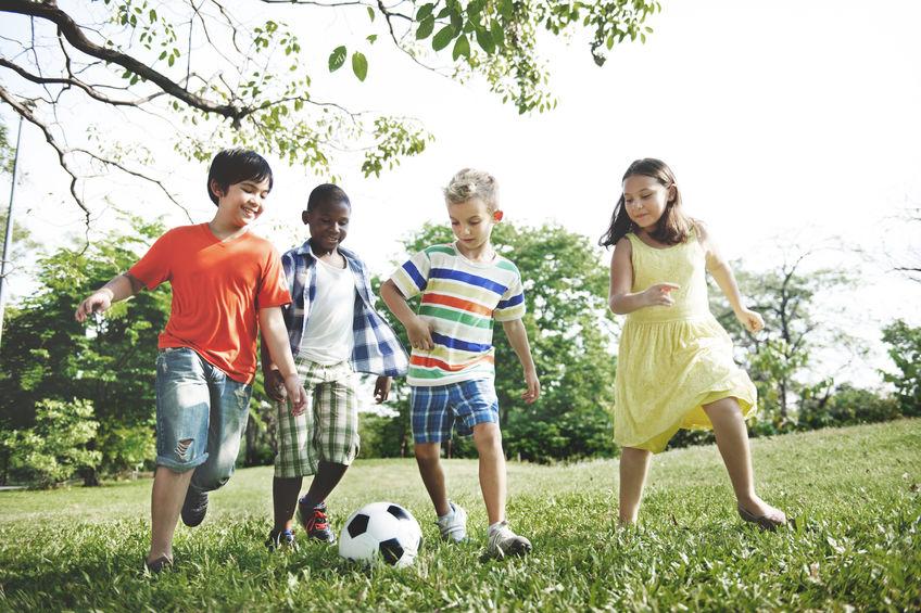 barn som leker med en fotboll